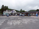 in het centrum een tankstation met winkel en restaurant
