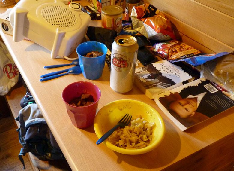 een creatieve maaltijd; blik hamburgers uit de koffiemok en pasta uit een zakje