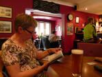 we eten in de bar met voetbal op de TV, de eetzaal lijkt nogal leeg en ongezellig