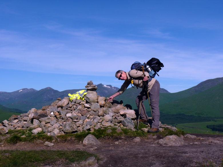 een gedenkplaats op een 320m hoge cairn