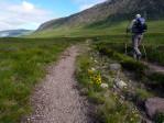 verder over een bergpaadje langs de hellingen
