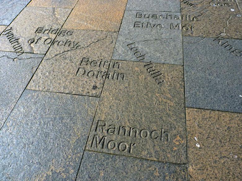 op het plein is de hele WHW route afgebeeld in de tegels