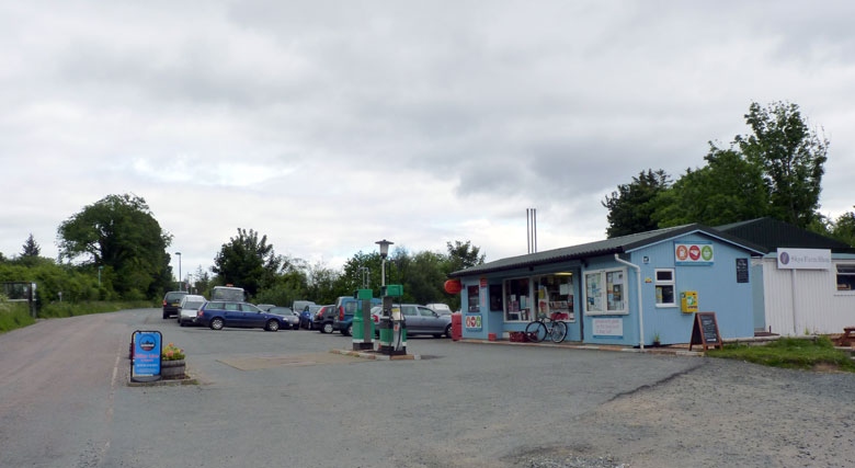 garage, tankstation, supermarkt, postkantoor en Farmers Shop