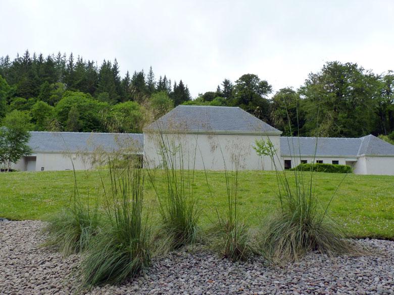 het Clan Donald museum is een modern gebouw op het landgoed