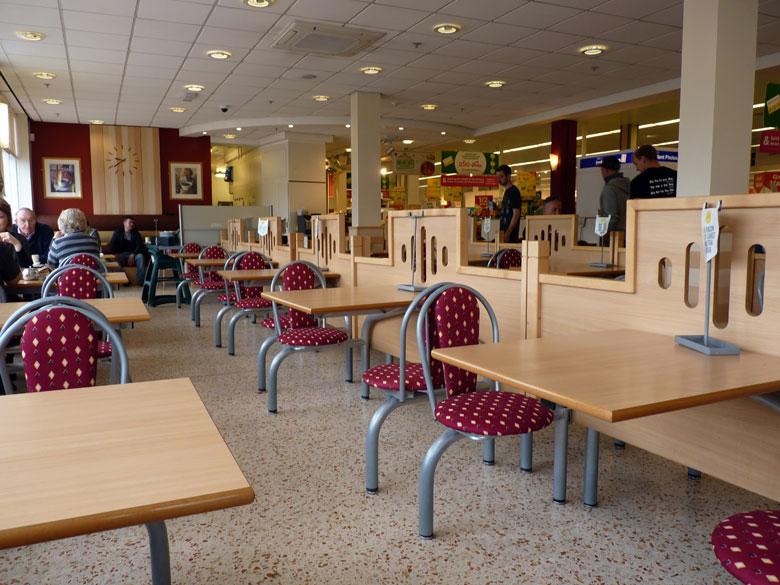 Koffie bij Morrison, de enorme supermarkt bij het treinstation