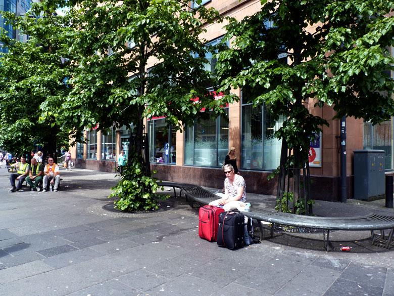op een bankje voor Buchanon busstation eten we onze lunch...