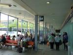 in het enorm grote Buchanon busstation