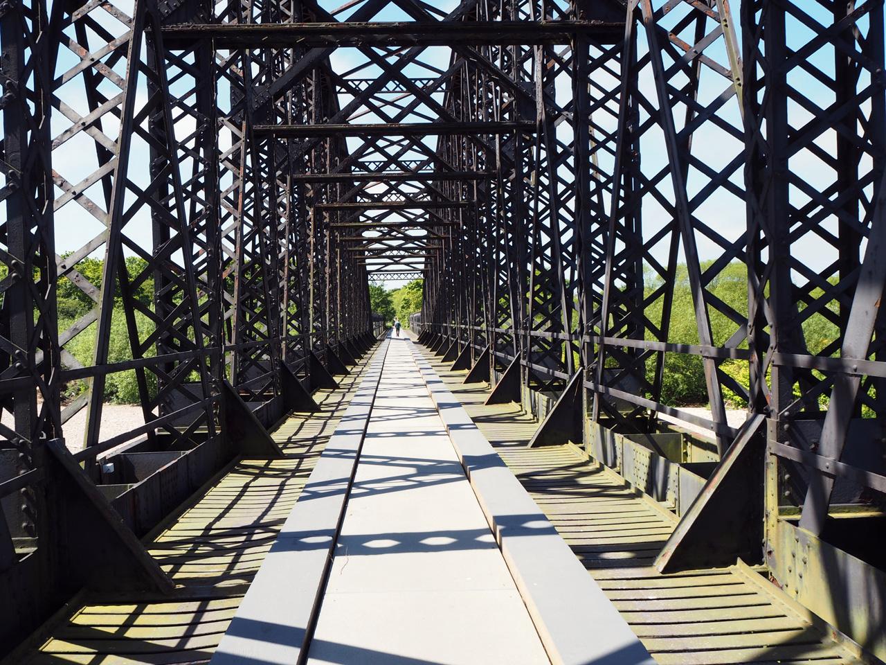 lunchpauze bij een oude spoorbrug
