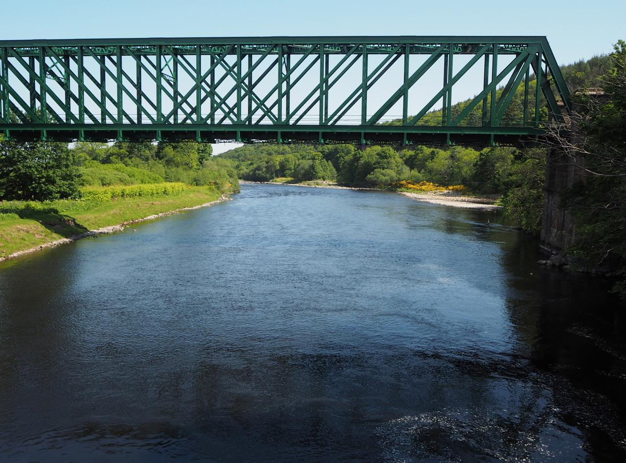 stalen brug over de rivier de Spey