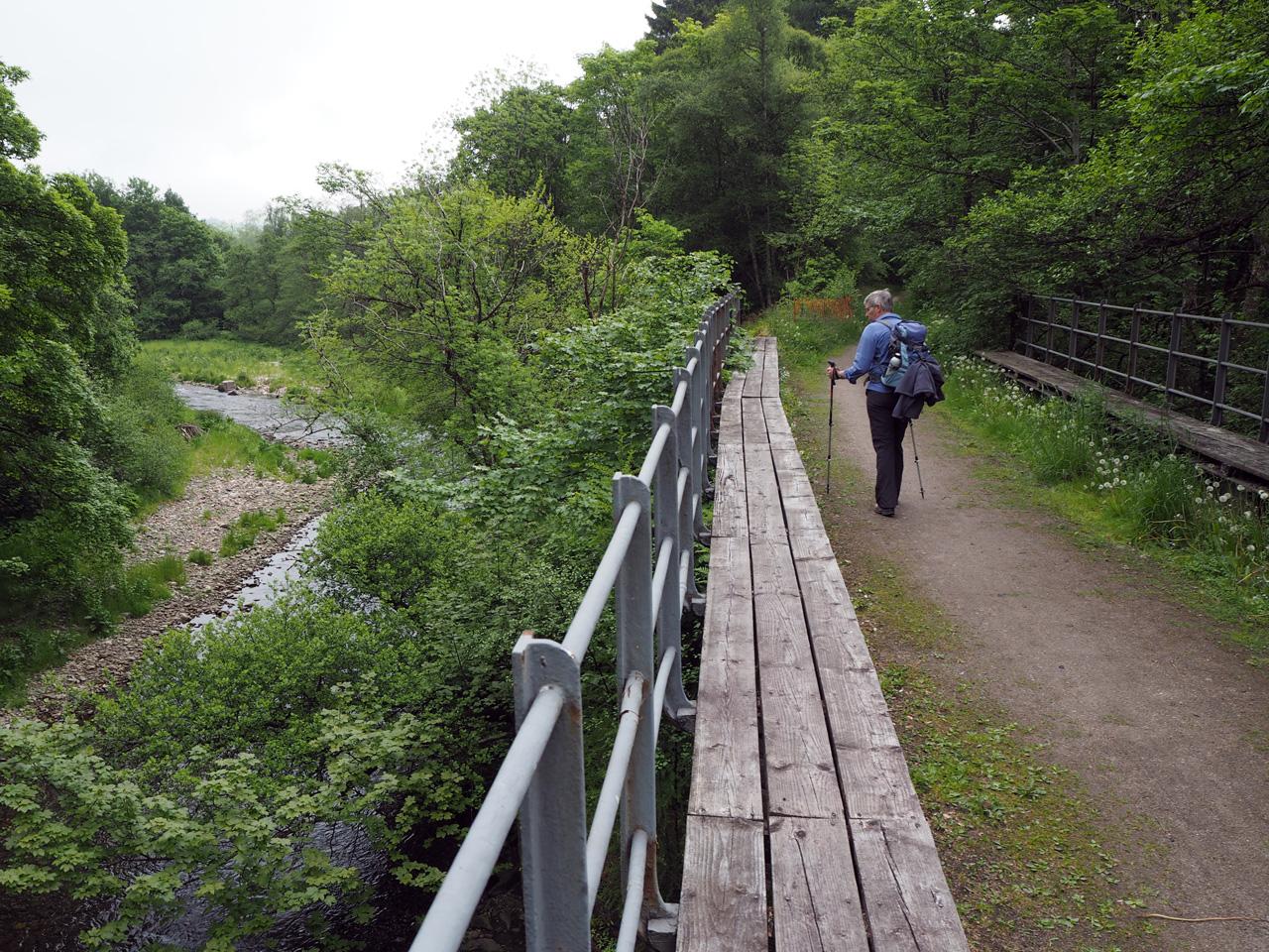 de spoorwegbrug is nu een wandelbrug