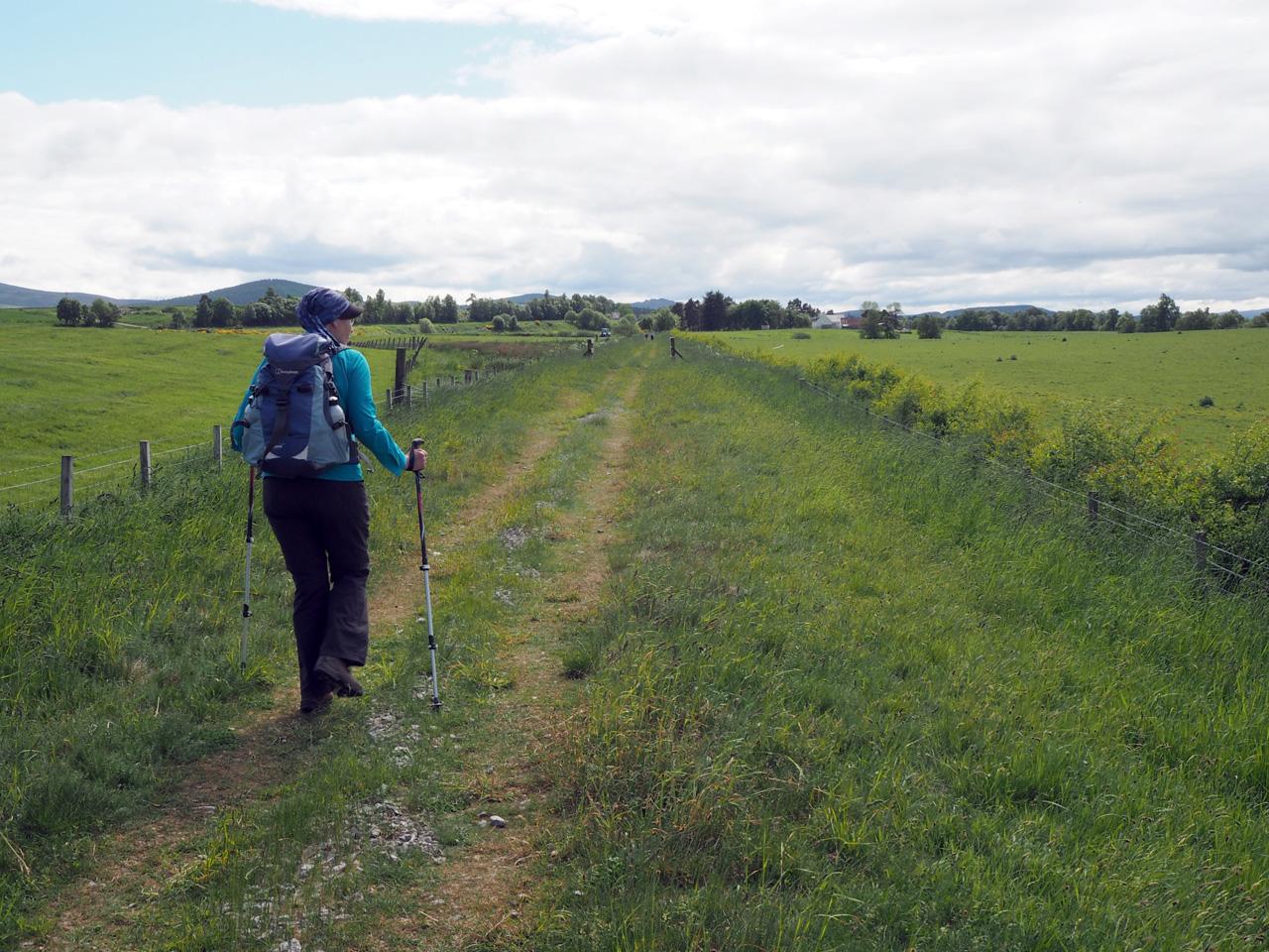 een lange rechte graslaan naar Cromdale