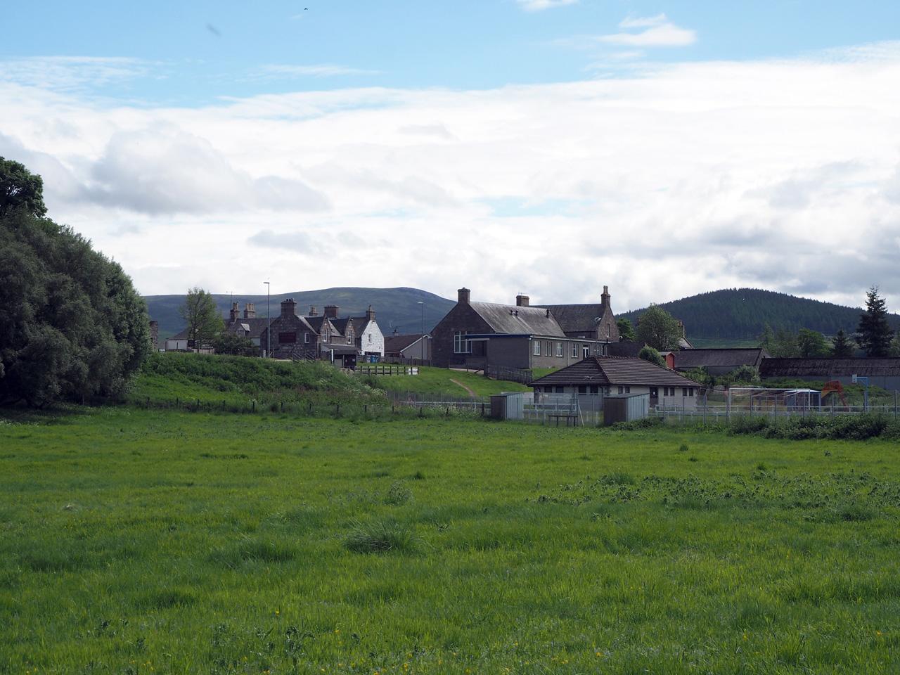 de eerste woningen van het dorpje Cromdale