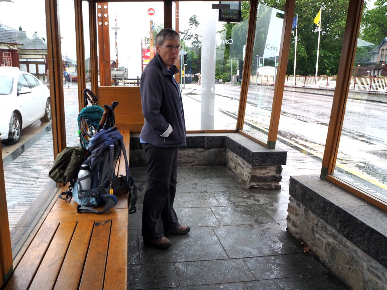 we kunnen droog wachten op de bus naar Kincraig