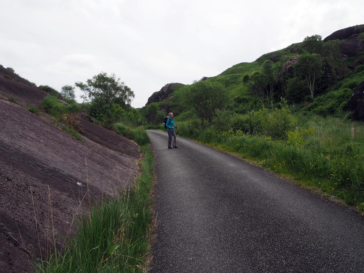 glad gesleten rotsen langs de weg
