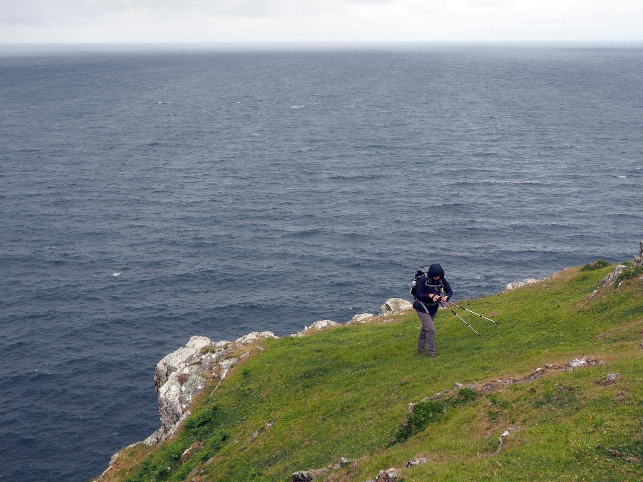 bovenop de steile rotskust van de Atlantische Oceaan