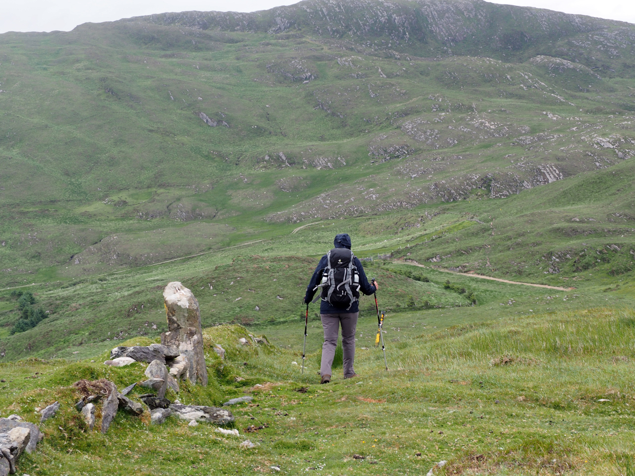 afdalend op de zadel tussen de twee toppen