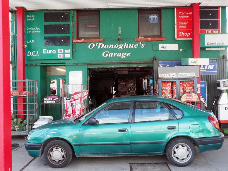 een van de twee garages in het dorp