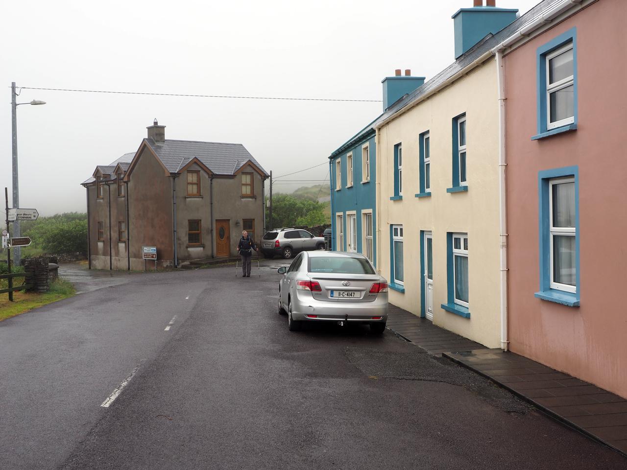 we verlaten het mooie dorpje in de regen
