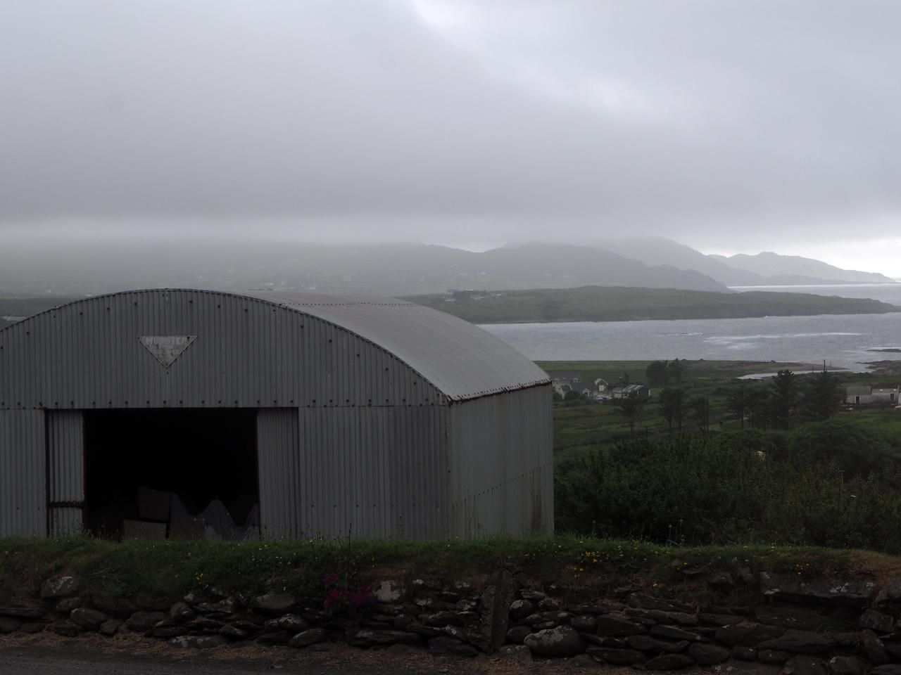 dreigende wolken boven de Coulagh Bay