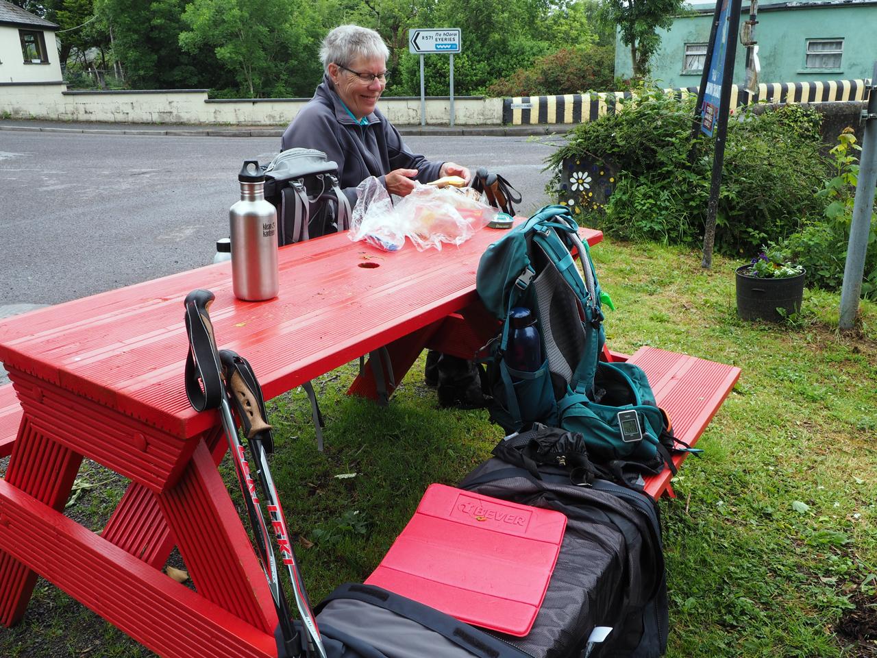 picknick tussen brug, rivier en de hoofdstraat