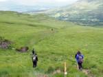 afdalen door veen, modder en hoog gras